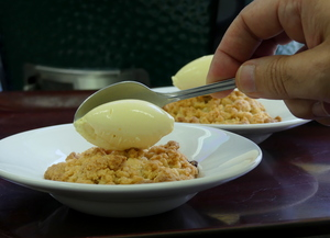 Apple crumble con helado de vainilla