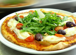 Pizza with goat cheese and rucola