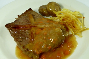 Larded veal steak with chips and mushrooms