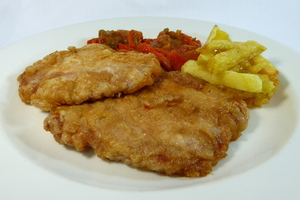 Marinated and battered pork loin with green and red peppers stew and chips