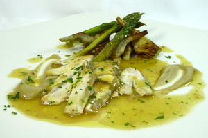 'Kokotxas' hake cheeks with asparagus and artichokes in green sauce