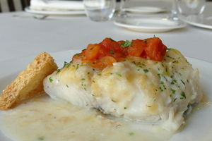 Hake in white wine sauce with concassé tomato