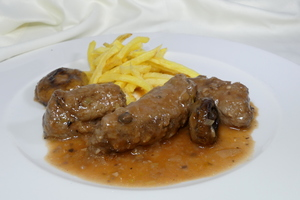 Beef paupiettes with straw potatoes and stewed champignons