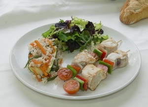 Tuna skewer with salad and courgette filled with rice and vegetables