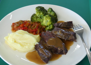 Veal cheeks stew in Pedro Ximénez with mashed potatoes, broccoli and piperrada